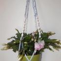 Virágtartó kék-fehér, Otthon, lakberendezés, Dekoráció, Kaspó, virágtartó, váza, korsó, cserép, Dísz, Csomózás, Makramé csomózással készítettem ezt a kék-fehér virágtartót. Anyaga: fa karika, pamut zsinór. Méret..., Meska