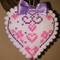 x szemes szívecske , Dekoráció, Dísz, Hímzés, 7,5x6,5 cm-es lila és rózsaszín keresztszemes szívecske ,apró lila masnival és kis csengővel az alj..., Meska