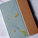 Kis herceges napló, Naptár, képeslap, album, Baba-mama-gyerek, Esküvő, Jegyzetfüzet, napló, Papírművészet, Kis herceges és natúr díszpapírral borított napló, ekrü pamutcsipke és kék hasított bőrszál rátétte..., Meska