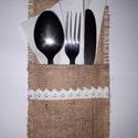 Vintage stílusú evőeszköztartó, Dekoráció, Esküvő, Esküvői dekoráció, Ünnepi dekoráció, Varrás, Mindenmás, Igazán széppé varázsolható a terített asztal eme evőeszköztartóval. Zsákvászon juta anyagból készít..., Meska