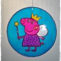 Peppa malacos ablakfüggő , Baba-mama-gyerek, Dekoráció, Otthon, lakberendezés, Dísz, Festett tárgyak, Üvegművészet, Élcsiszolt, átfúrt, 15 cm átmérőjű, 3 mm vastagságú üveglapra hidegen festett (dekor üvegfestékkel)..., Meska