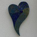 Kék szív - üvegmozaik falidísz, Dekoráció, Otthon, lakberendezés, Képzőművészet, Dísz, Mozaik, Mindenmás, Üvegmozaik falidísz akasztóval  Mérete: kb. 24*38*2cm  Szív alakra vágott, kékre pácolt fa alapra r..., Meska