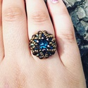 Csillogó gyöngy gyűrű, Ékszer, Ruha, divat, cipő, Anyák napja, Gyűrű, Gyöngyből fűzött gyűrű, közepén csillogó kék swarovski kővel.  Átmérő 54mm, Meska