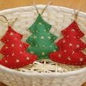 Csillogó fenyőfadíszek, Dekoráció, Karácsonyi, adventi apróságok, Ünnepi dekoráció, Karácsonyfadísz, Varrás, Hímzés,  Sötétzöld és piros barkácsfilcből készítettem el ezeket a karácsonyfadíszeket. Aranyszállal csilla..., Meska
