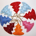 fenyőfa  filcből (csillogó fenyőfadíszek), Dekoráció, Ünnepi dekoráció, Karácsonyi, adventi apróságok, Karácsonyfadísz, Varrás, Hímzés, Sok fajta színű barkácsfilcből készítettem el ezeket a karácsonyfadíszeket. Aranyszállal csillagoka..., Meska