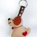 Kiskutyás kulcstartó ( Kiskutya kulcstartó), Játék, Játékfigura, Varrás, Ezt az aranyos kiskutyás kulcstartót vajszínű filcből készítettem el.  Szemét, száját fekete cérnáv..., Meska