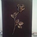 Rózsás bőrös napló, Dekoráció, Ünnepi dekoráció, Karácsonyi, adventi apróságok, Valódi bőrrel borított  kis napló fémrózsa díszítéssel. 10.5 x 15 cm   120 lapból áll. , Meska