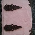 Vajszínű veretes könyv, Naptár, képeslap, album, Jegyzetfüzet, napló, Kézműves könyvkötéssel készített veretekkel díszített antik kis könyv. 11 cm X 15 cm  pasz..., Meska