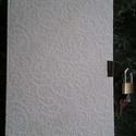 Fehér napló verettel kis lakattal , Naptár, képeslap, album, Jegyzetfüzet, napló, Kézműves könyvkötéssel készített könyv. verettel és kis lakattal ellátva a titkok megőrzésére. 14 cm..., Meska