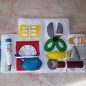 Orvosi táska filcből , Játék, Készségfejlesztő játék, Mentőautó formájú tépőzáras orvosi táska. Tartalma: lázmérő, vérnyomásmérő, gyógysze..., Meska