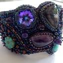 Univerzum - gyöngy hímzett karkötő, Ékszer, Képzőművészet, Karkötő, Labradorite és ametiszt drágakövekből készítettem ezt a kakrötőt. Gyönyörű csillogása van a swarovsk..., Meska
