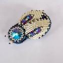 Beetle - gyöngy hímzett bross, Ékszer, Bross, kitűző, Ékszerkészítés, Gyöngyfűzés, Nagyon szép miniatűr 3D bogarat készítettem.  A bogár háta egy lapis lazuli féldrágakő, feje egy sw..., Meska