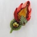 Virág - gyöngy hímzett bross, Ékszer, Bross, kitűző, Nagyon szép  3D virágot készítettem.  A szírmok egy mookaite jasper féldrágakövet ölelnek körül. Swa..., Meska