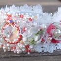 Tavaszi romantika - gyöngy hímzett karkötő, Ékszer, Képzőművészet, Karkötő, Csupa báj ez a karkötő! Virágos , romantikus, csipkés.  Swarovski kristályokból készítettem és egy r..., Meska