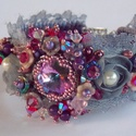 Lila romantika - gyöngy hímzett karkötő, Ékszer, Képzőművészet, Karkötő, Csupa báj ez a karkötő! Virágos , romantikus, csipkés.  Swarovski kristályokból készítettem és egy r..., Meska