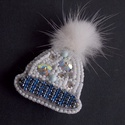 Hópelyhes sapka   -gyöngy hímzett bross-kitűző, Igazi téli, karácsonyi hangulatú ez a kis bross...