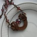 Vörösréz nyaklánc, csillogó, lila üveggyöngyökkel+ajándék fülbevaló, Ékszer, óra, Medál, Nyaklánc, Vörösrézdrótból készítettem ezt a nyakláncot. A medál mintája Nicole Hanna nevéhez kapcsolódik.  A m..., Meska