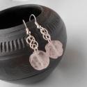 Kelta mintás fülbevaló rózsakvarc rózsával, Ékszer, Fülbevaló, Ékszerkészítés, Fémmegmunkálás, Ezüstözött rézdrótból és egy-egy rózsakvarc rózsa alakú ásványgyöngyből készítettem ezt a mutatós, ..., Meska