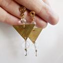 Sárgaréz háromszögek fülbevaló hegyikristállya és csiszolt üveggel, Ékszer, óra, Fülbevaló, Sárgaréz háromszöges fülbevalót készítettem hegyikristályok és csiszolt üveggyöngy felhasználásával...., Meska