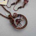 Aprócska vörösréz lila medál+ajándék fülbevaló, Ékszer, óra, Fülbevaló, Medál, Apró medált készítettem csiszolt üvegből és vörösrézből. Akasztóval 3 cm. Antikoltam, ma..., Meska