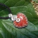 Korall szív medál, Ékszer, óra, Medál, Ékszerkészítés, Fémmegmunkálás, Szív alakú korall ásványból és ezüstözött rézdrótból készítettem ezt a medált. Akasztóval: 3cm maga..., Meska