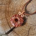 Goldfluss medál+ajándék, Ékszer, Medál, Bevonatos vörösrézdrótból és egy goldfluss fánkból készítettem ezt a medált. Akasztóval ..., Meska