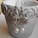 Rózsás fülbevaló, Ékszer, Fülbevaló, Ezüst színű drótból készült rózsás fülbevaló fehér teklával. Alkalomra és hétköznapr..., Meska