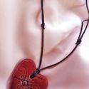 Nyaklánc, szív alakú, bordó kerámia medállal, Ékszer, Esküvő, Medál, Nyaklánc, Ékszerkészítés, Kerámia, Szív alakú kerámia medállal díszített nyaklánc! A medált fehér agyagból készítettem, nyomott virág ..., Meska