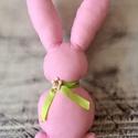 Rózsaszín pöttyös nagy nyuszi, Baba-mama-gyerek, Dekoráció, Otthon, lakberendezés, Húsvéti díszek, Varrás, Kerámia, Pöttyös pamutvászonból varrt rózsaszín nyuszi!  Töltet: poliészter Nyakában szaténszalag és levegőr..., Meska