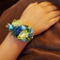 Kék koszorúslány szett - karkötő/hajdisz, Baba-mama-gyerek, Esküvő, Hajdísz, ruhadísz, Virágkötés, Az aprócska kék árnyalatú virágokból készült szett következő darabja ez a gumi alapra készült karkö..., Meska