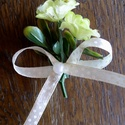 Zöld bokréta, Esküvő, Esküvői dekoráció, Aprócska virág, zöld és masni. Ezekből kötöttem ezt a bokrétát. A masni színét Te válasz..., Meska
