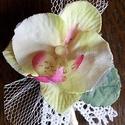 Orchideás tanú bokréta, Esküvő, Esküvői csokor, Hajdísz, ruhadísz, Finom, pasztell szinű orchidea virág mellé fehér tüllt, levelet és pamutcsipke szalagot válas..., Meska