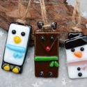 Üveg karácsonyfadísz szett / rénszarvas + hóember + pingvin, Dekoráció, Ünnepi dekoráció, Karácsonyi, adventi apróságok, Karácsonyfadísz, Üvegművészet, Ékszerkészítés, 3 db üvegből készült karácsonyfadísz / ajándékkísérő alkotja a csomagot: pingvin, rénszarvas és hóe..., Meska