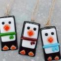 Pingvin üveg karácsonyfadísz - 3 db, Dekoráció, Ünnepi dekoráció, Karácsonyi, adventi apróságok, Karácsonyfadísz, Üvegművészet, Ékszerkészítés, 3 db pingvin üveg karácsonyfadísz alkotja a csomagot, mely aprólékos munkával, fusing technikával k..., Meska