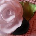 Fehér szatén rózsa kitűző, Ékszer, Bross, kitűző, Fehér szatén szirmokból készült rózsa kitűzőt készítettem aprólékos munkával,melyet ké..., Meska