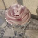 HUBIMARIKA RÉSZÉRE Halványrózsaszín szatén rózsa kitűző, Ékszer, Bross, kitűző, Halványrózsaszín szatén szirmokból készült rózsa kitűzőt készítettem aprólékos munkáv..., Meska