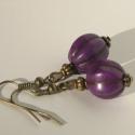 Lila howlit fülbevaló, Ékszer, Fülbevaló, Ékszerkészítés, Bordázott felületű sötét lila howlit ásványgyöngyből készült fülbevaló antik bronz kiegészítőkkel. ..., Meska
