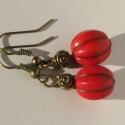 Piros howlit fülbevaló, Ékszer, Fülbevaló, Bordázott felületű piros howlit ásványgyöngyből készült fülbevaló antik bronz kiegészít..., Meska