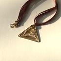 Ráció, Ékszer, Esküvő, Ruha, divat, cipő, Medál, Sárgaréz drótból hajlított, kalapált medál, háromszöget formáz, mely a racionalitás szimbóluma. A sá..., Meska
