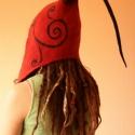 Nemez sapka Piros fekete füles sapka, Ruha, divat, cipő, Női ruha, Csúcsos nemez sapka hosszú füllel. Kényelmes meleg, egyedi viselet. Alapanyaga festett magyar me..., Meska