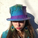 Pávaszin  nemezelt  kalap. Nemez cilinder. Türkizkék -lila kalap, Ruha, divat, cipő, Kendő, sál, sapka, kesztyű, Sapka, Egyedi nemez kalap. Cilinder formáju gyönyörü szinátmenetes kalap páva toll dizitéssel. A legfinomab..., Meska