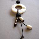 Natúr kagyló nyaklánc bőrrel, Ékszer, Szépségápolás, Ruha, divat, cipő, Nyaklánc, Minimalista stílusú natúr kagyló medál, fa és csont gyöngyökkel. Vékony natúr bőrön.  Jade: 6 cm. Bő..., Meska