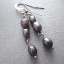 Lila tenyésztett gyöngy fülbevaló, Ékszer, Szépségápolás, Ruha, divat, cipő, Fülbevaló, Irizáló lila tenyésztett gyöngyökkel készült fülbevaló  Mérete: 5 cm Gyöngyök: 5-7 mm  Minden felhas..., Meska