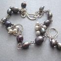 Lila és fehér tenyésztett gyöngy karkötő fülbevalóval, Irizáló lila és apró fehér tenyésztett gyön...