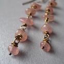 Hosszú fülbevaló rózsaszín topáz kavicsokkal, Ékszer, Ruha, divat, cipő, Szépségápolás, Fülbevaló, Minimalista stílusú, rózsaszín topáz kavicsokból készült fülbevaló.    Mérete: 7.5 cm Gyöngyök: 5-8 ..., Meska