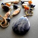 Szodalit medál ásvány nyaklánc lápisz lazuli, aventurin és jáspis ásványokkal, bőrrel és rézzel, Kék, natúr és narancs színvilágú nyári ásv...