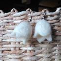 Nemezből készült tulipános fülbevaló - fehér, Ékszer, Fülbevaló, Nyers gyapjúból nemezeltem ezeket a kis tulipán formájú fülbevalókat.   Csudiszép viselet a természe..., Meska