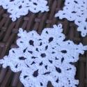 Horgolt hópelyhek I., Dekoráció, Ünnepi dekoráció, Karácsonyi, adventi apróságok, Karácsonyi dekoráció, Hófehér hópelyhek, melyek 100% pamutfonalból lettek horgolva.   A keményítésnek köszönhetően szép, s..., Meska