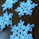 Horgolt hópelyhek, Dekoráció, Ünnepi dekoráció, Karácsonyi, adventi apróságok, Karácsonyi dekoráció, Hófehér hópelyhek, melyek 100% pamutfonalból lettek horgolva.   A keményítésnek köszönhetően szép, s..., Meska