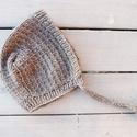 Szürke Bonnet kézzel kötött gyapjú babasapka, Baba-mama-gyerek, Baba-mama kellék, Kötés, Minőségű gyapjúfonalból kézzel kötött klasszikus bonnet stílusú megkötős babasapka.  Összetétel: 70..., Meska